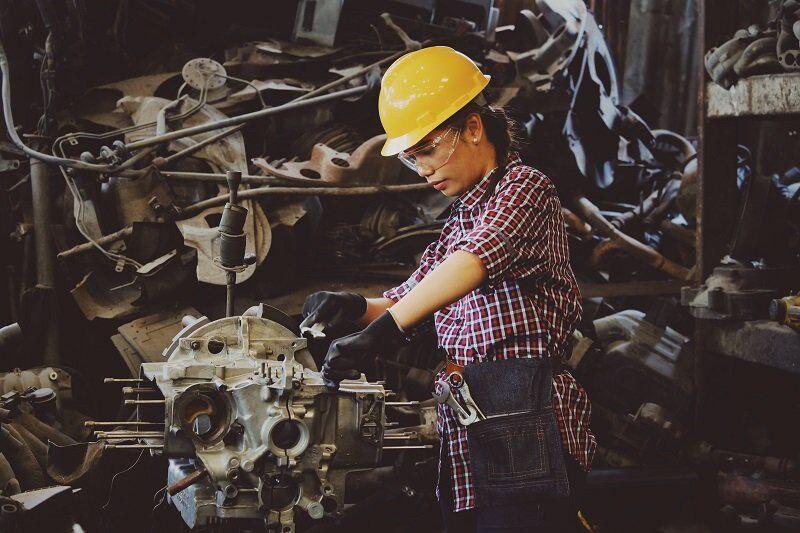 Kobieta podczas pracy w warsztacie